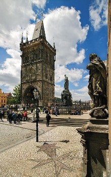 Kreuzherrenplatz (Křížovnické náměstí) mit dem Altstädter Brückenturm (1380 -1420), Foto: Libor Sváček, archiv Vydavatelství MCU s.r.o.