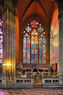 Okno kaple sv. Ludmily (Max Švabinský, Seslání Ducha svatého, 1934-35), foto: Libor Sváček, archiv Vydavatelství MCU s.r.o.